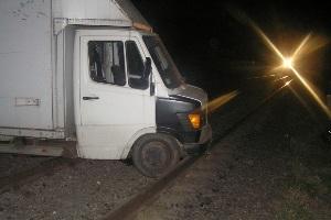 Новини Кременчука - потяги - Поперек шляху. Мікроавтобус забарикадував колії на 1,5 години, викликавши затримку чотирьох поїздів