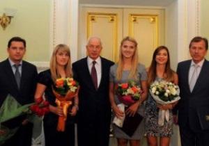 Азаров зустрівся з українськими фехтувальницями - чемпіонками світу