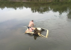 У Київській області Таврію занесло в річку. Водій врятувався, заскочивши на дах авто
