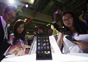Продажі смартфонів злетіли завдяки скуповуванню гаджетів азіатами