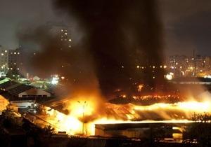 У Києві масштабна пожежа охопила ринок на Героїв Дніпра: згоріла 1/5 частина території