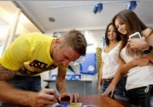 Защитник Днепра порадовал своих болельщиков автографами