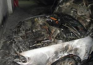 Помстилися за друга. У Києві затримано трьох підозрюваних у підпалі автомобіля