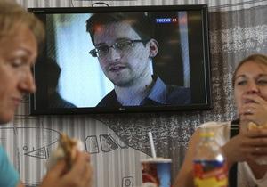 Зіштовхнулися з бюрократією: Сноуден не може залишити транзитну зону Шереметьєво