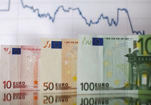 На гойдалках міжбанку євро злітає, долар падає