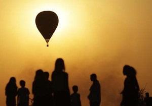 Політ на повітряній кулі - В Естонії під час фестивалю полуниці жінка випала з кошика повітряної кулі