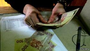 Низька зарплатня штовхає українців за кордон - демографи