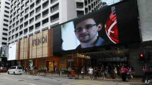Сноуден прибув з Гонконгу до Москви