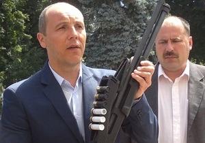 Опозиціонер показав рушницю, яку знайшов під час зіткнень робітників Агрофірми Корнацьких