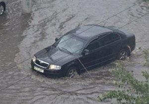 Сильний дощ паралізував транспортний рух Херсона. Підтоплено низку вулиць