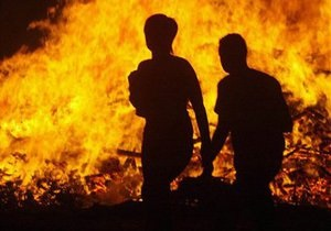 Новини Херсонської області - пожежа - У Херсоні через дитячі ігри з вогнем згоріли чотири автомобілі, одна дитина госпіталізована