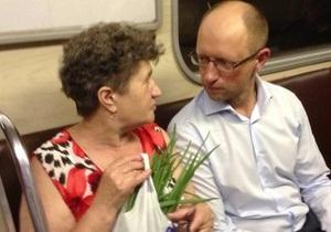 Яценюк у метро роздавав запрошення на мітинг опозиції