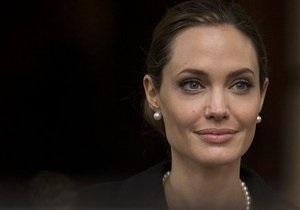 Джолі видалила груди через загрозу раку