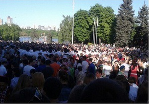 День Перемоги - У Донецьку п ять тисяч осіб хором заспівали пісню День Победы