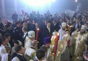 Янукович - Великдень - ДТ: Охорона Януковича не пустила частина віруючих на пасхальну службу в Херсонесі