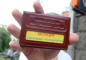 новини Донецька - У Донецьку троє чоловіків, прикидаючись міліціонерами, підкидали студентам наркотики і вимагали відкупитися