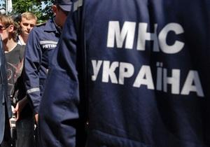 У Києві внаслідок прориву труби під асфальт провалився автомобіль