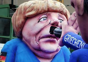 DW: Чому греки домальовують Меркель вуса Гітлера