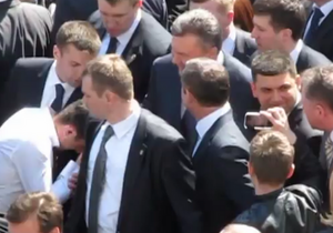 Під час візиту Януковича до Вінниці співрозмовник поцілував його руку