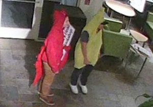 Новини США - пограбування - У США молоді люди в костюмах банана і омара вкрали зі студентського клубу дерев яну скульптуру