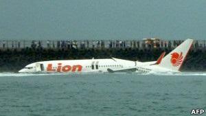 Всі пасажири літака, що впав у океан поблизу Балі, вижили