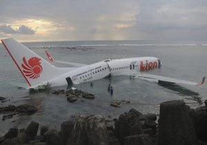 Біля берегів Балі у море впав пасажирський літак: 22 людини поранено