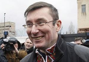 Луценко - опозиція - Луценко не схвалює постійне блокування опозицією трибуни парламенту