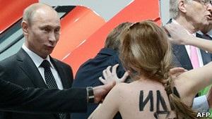 Femen влаштували топлес-акцію Путіну і Меркель