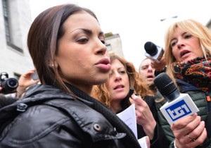 Танцівниця Рубі виступила з протестом під судом у справі Берлусконі