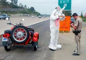Новини США - дивні новини - У США поліція затримала пасхального зайця на мотоциклі