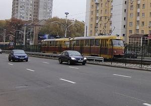 Новини Харкова - аварія - У Харкові трамвай зійшов з колії, врізався в стовп і перекрив рух