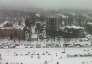 У боротьбі зі сніговою стихією: на столичних дорогах чотирибальні пробки