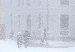 Новини Білорусі - снігопади: Військові допомагають людям, які застрягли в заторах