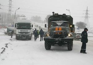 У Тернопільській області рятувальники дістали породіллю зі швидкої у сніговому заметі