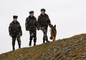 Українець намагався нелегально провезти через кордон з Білоруссю чотири пари джинсів, надівши їх на себе