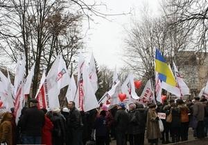Квіти, листи, кульки: півтисячі прихильників Тимошенко привітали екс-прем єра з 8 березня