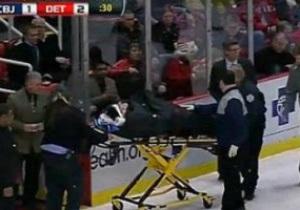 Российского хоккеиста увезли во время игры на носилках