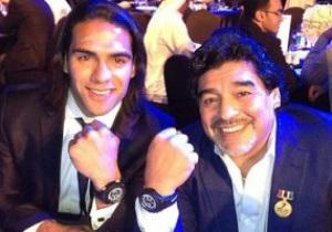 Щедрый подарок. Диего Марадона вручил свои часы Фалькао