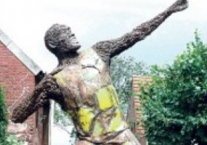 Рекордсмену Болту поставили памятник из болтов