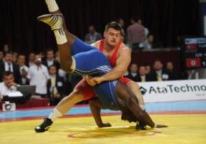 Борьба. Кубинец Михаин Лопес отбирает золотую медаль у эстонца