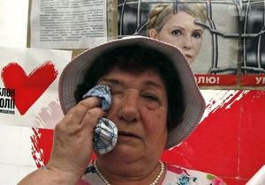 Перед лікарнею у Харкові збираються прихильники Тимошенко: лідери опозиції привезли 365 троянд