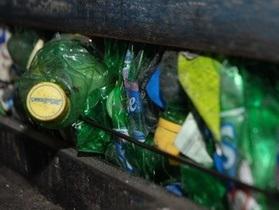 Волонтери з Британії збирають у Харкові сміття