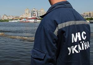 У затоці Дніпра в Києві перекинувся катер з 15 пасажирами
