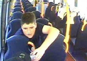 Британська поліція розшукує чоловіка, що жував автобусне крісло