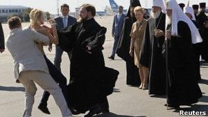 Главу РПЦ в Україні зустріли FEMEN і протест Свободи