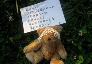 ЗМІ: У Білорусі затримано 16-річну дівчину, яка зробила перші знімки  плюшевого десанту