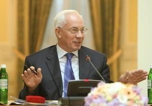 Азаров засудив інцидент з Власенком і зеленкою і пообіцяв Столяровій захист