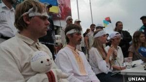 Захисники української мови припинили голодувати. Протест триває