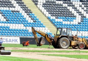 На стадионе Черноморец полностью меняют газон