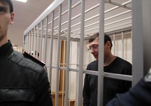 Міліціонер знепритомнів під час допиту Луценка
